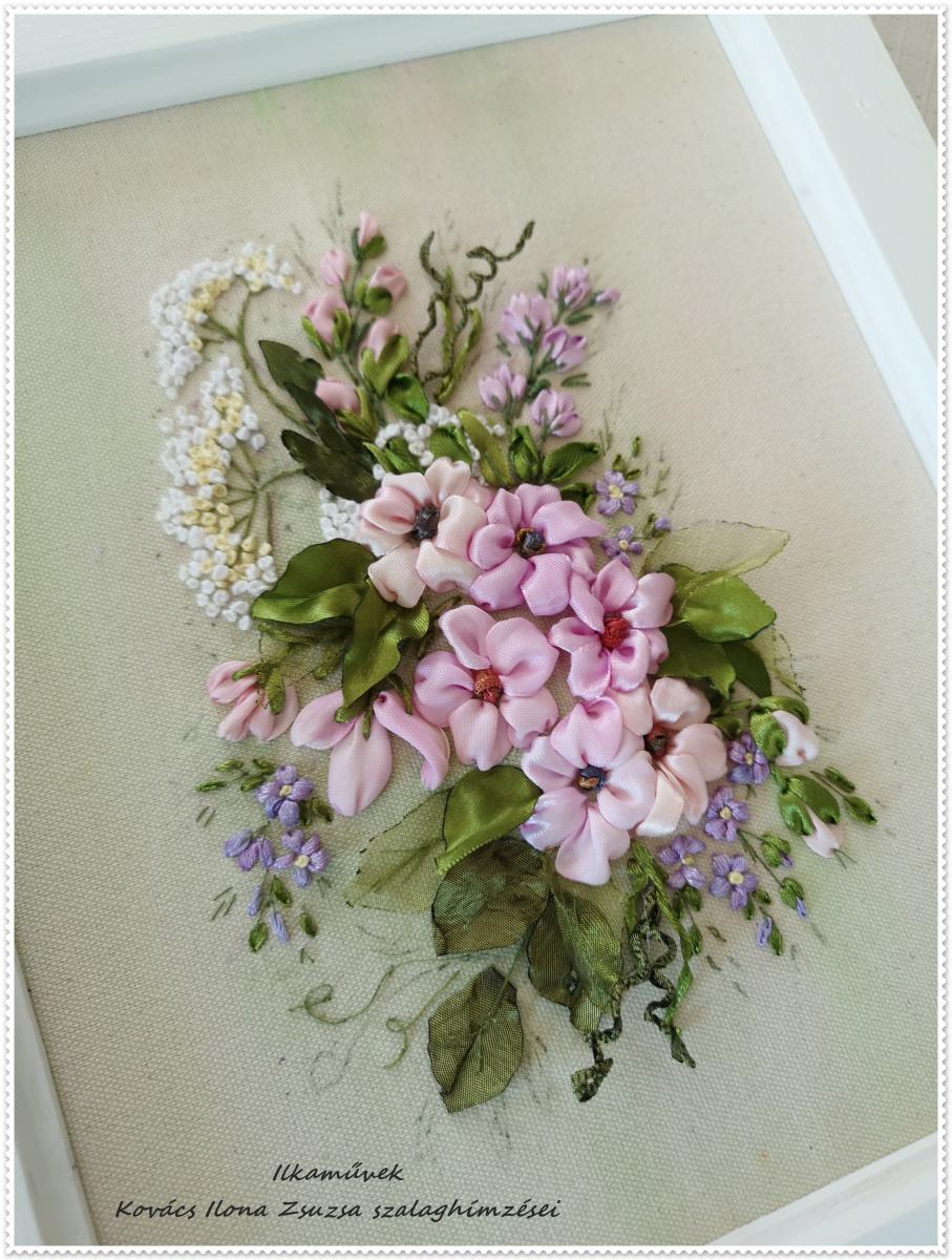 Falikép selyemvirágokkal