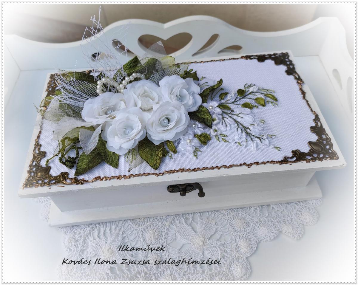 Fehér selyemvirágokkal készült pénzátadó doboz