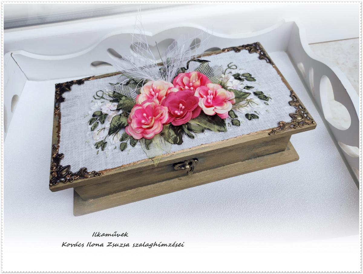 Pénzátadó doboz, selyemvirágokkal, kézi hímzéssel.